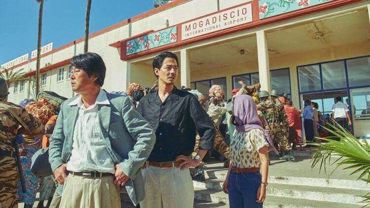 趙寅成、金倫奭 《逃出摩加迪休》驚險逃脫情節有如真實阿富汗,韓網驚呼:平行世界!首圖