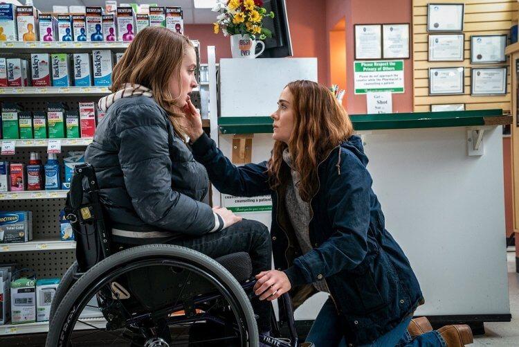 莎拉保羅森在驚悚力作《逃》中扮演控制狂母親。