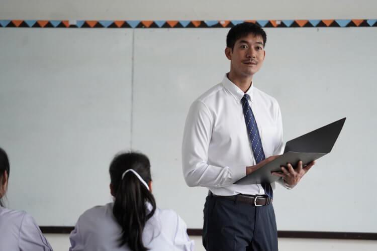 泰國明星演員「Weir」Weir Sukollawat Kanaros,在 BL 戀情為主軸的電影《這一次不再錯過你》有亮眼表現。