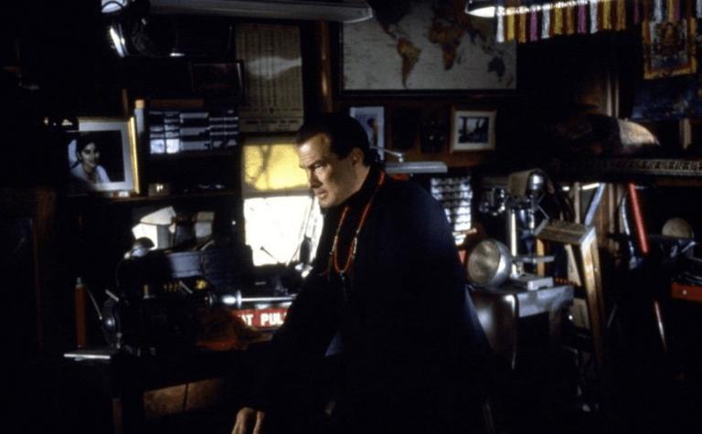 《魔鬼奇兵》裡的史蒂芬席格,看似修道之人但......看的好矛盾啊。