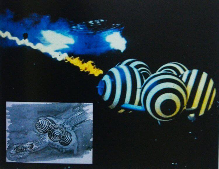 大映怪獸特攝片《卡美拉對宇宙怪獸拜拉斯》電影中,造形別具特色的幽浮與原案(左下)。