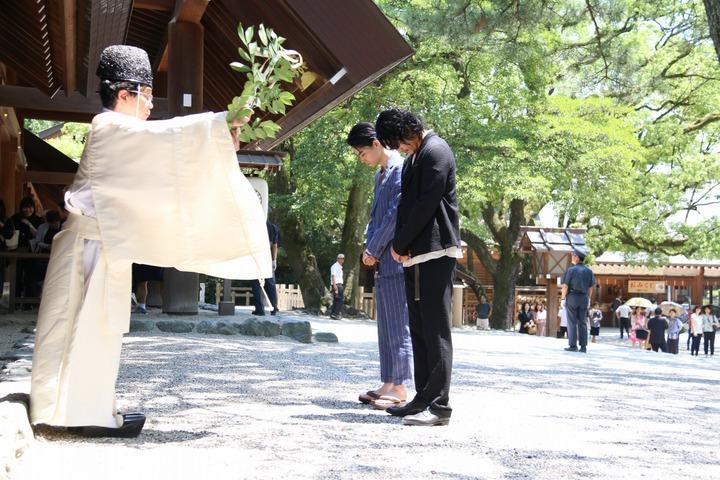 《 銀魂2 》主演陣容 : 小栗旬 菅田將暉 日前為電影祈福,無畏 38.5 度豔陽。