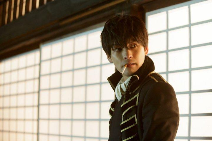 在《 銀魂2 》由 柳樂優彌 飾演的 土方 ,平日冷靜沉著。
