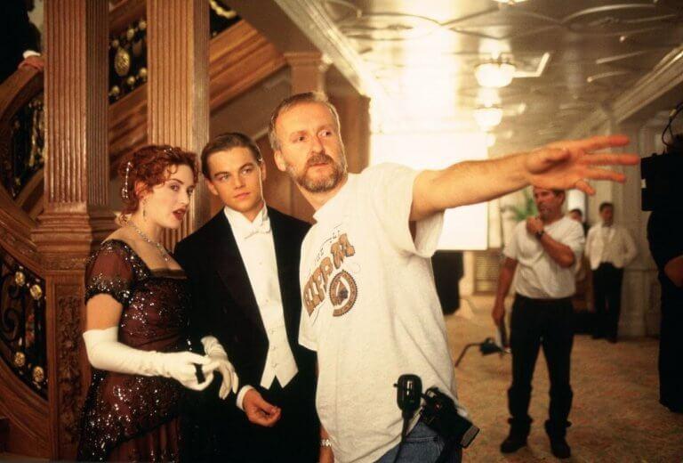 正在拍攝《鐵達尼號》的蘿絲與傑克,以及導演詹姆斯卡麥隆。