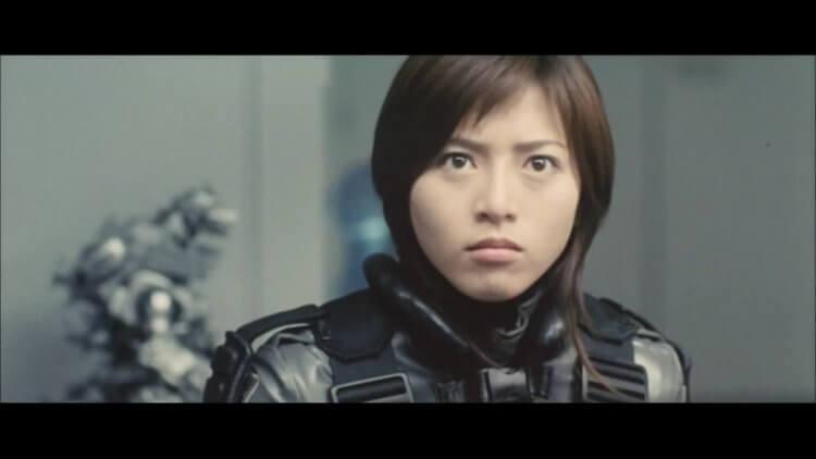 由釋由美子所飾演,2002 年東寶怪獸電影《哥吉拉×機械哥吉拉》,表現亮眼的女主角家城茜。