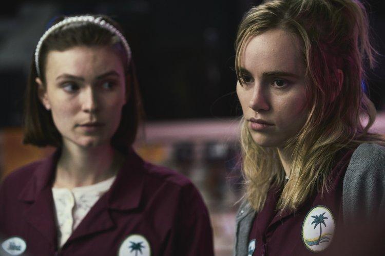 蘇琪沃特豪斯新片《深夜加油站遇見抓狂衰事》飾演不按牌理出牌的怪怪美膩超商店員。