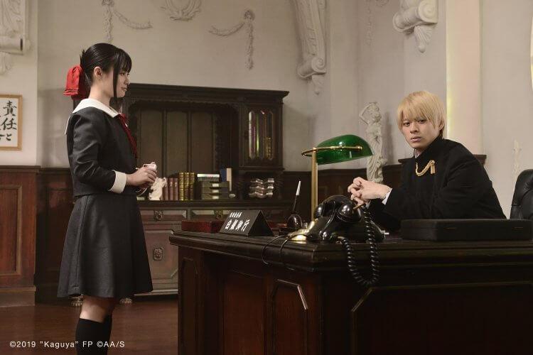 《電影版 輝夜姬想讓人告白~天才們的戀愛頭腦戰~》(Kaguya-sama:Love is War) 中的平野紫耀和橋本環奈。