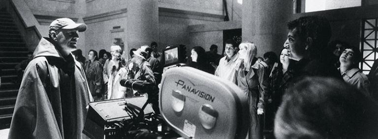 2000 年奈沙馬蘭的《驚心動魄》拍攝現場,左為布魯斯威利。