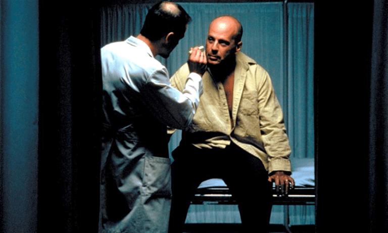 布魯斯威利在《驚心動魄》中飾演的大衛是東鐵 177 班次列車出軌事件唯一的倖存者。