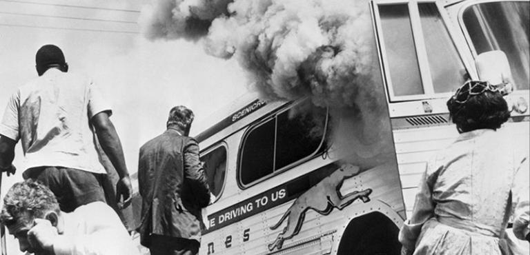 《驚心動魄》將伊萊亞的出聲年代設定為 1961 年,也呼應了現實中黑人爭取平權醉雞列的年代。
