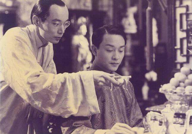 《霸王別姬》電影劇照,圖為葛優(袁四爺)與張國榮(程蝶依)。