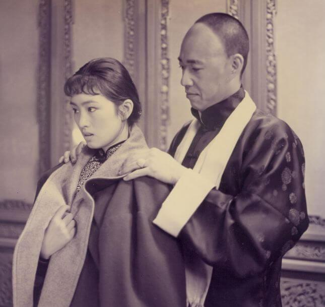 《霸王別姬》電影劇照,圖為鞏俐(菊仙)與張豐毅(段小樓)。