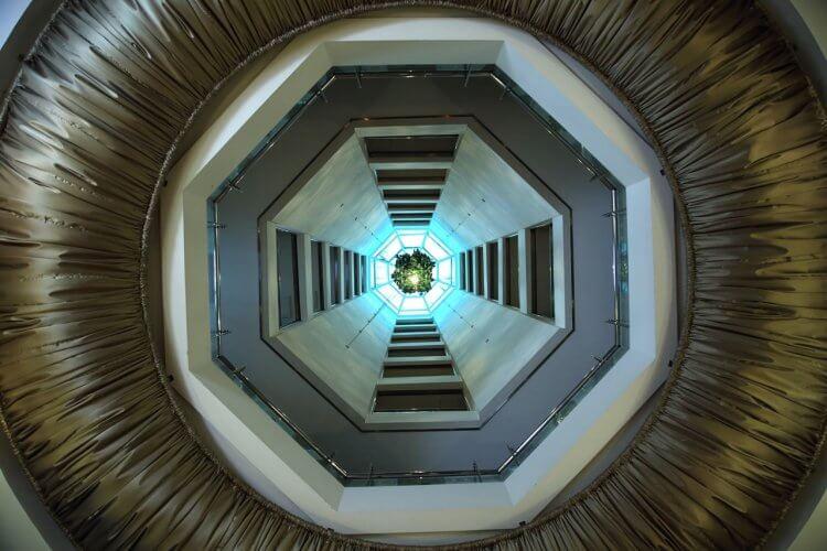 韓國恐怖電影《靈異 405 號房》八角螺旋構造的飯店。