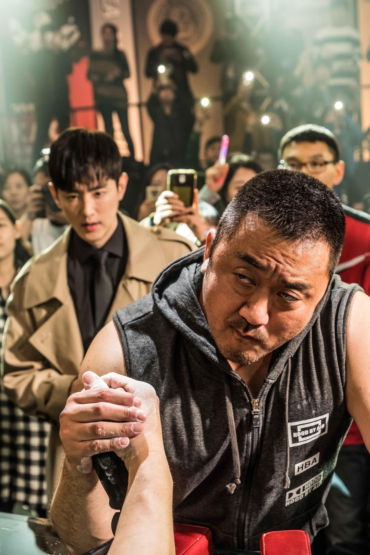韓國力量男神 馬東錫 與實力派帥哥經紀人 權律 在《 冠軍大叔 》片中攜手挑戰腕力比賽冠軍。
