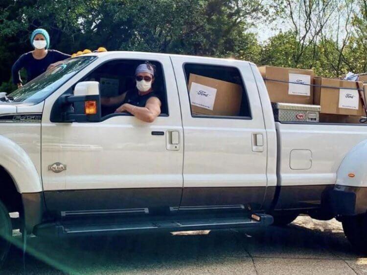 馬修麥康納與妻子捐贈11萬份口罩,並親自運送至醫院。