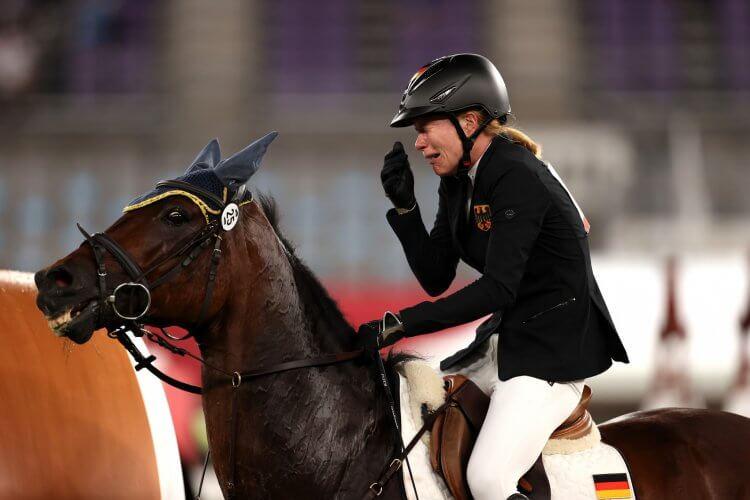 東京奧運 德國選手 Annika Schleu 因馬匹不願跳過柵欄,導致比賽分數掛零,而淚灑賽場。