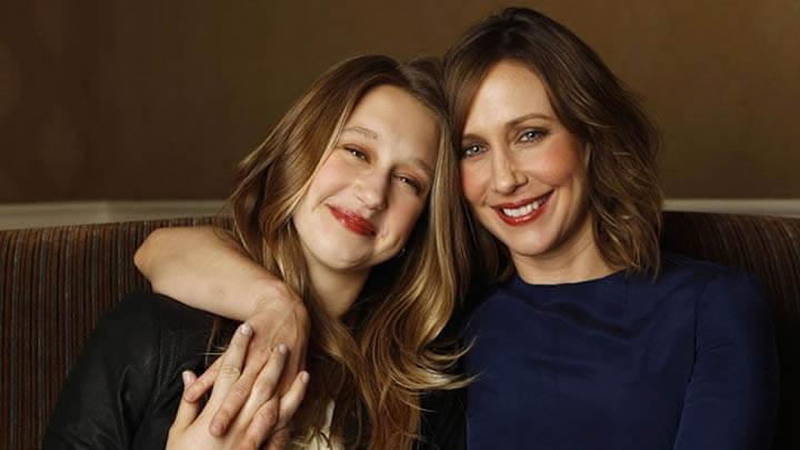 泰莎法蜜嘉 (飾 艾琳修女) 與姊姊 薇拉法蜜嘉 (飾 蘿琳華倫) 。