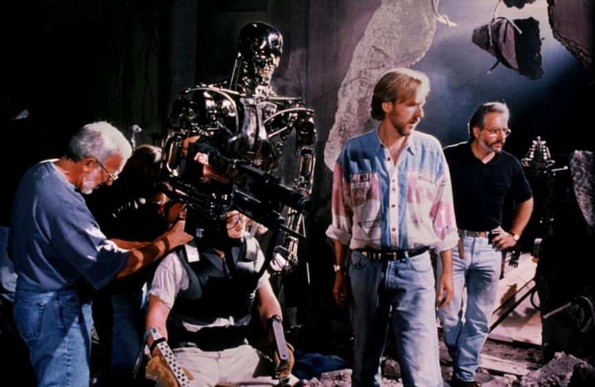 當年的《 魔鬼終結者 》 拍攝現場,特效大師 史丹溫斯頓 (左一) 正在調整 終結者 ,還有導演 卡麥隆 (右二)。