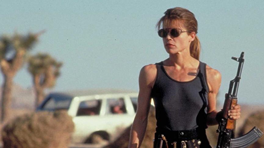 《 魔鬼終結者 2 》劇照,當中 莎拉康納 的經典造型,是一位奮戰的母親。