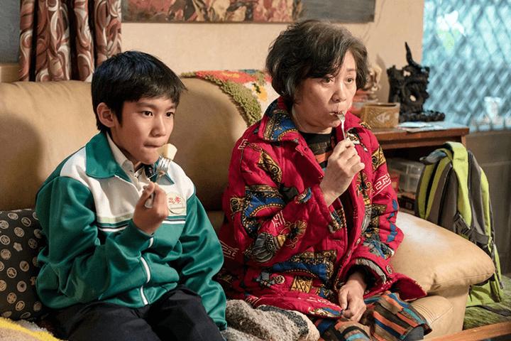 《 生生 》片中, 網紅奶奶 莉莉 與 孤單男孩 生生 建立一段有期限的忘年之交。