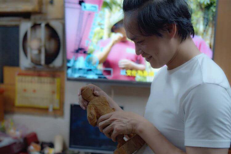 同名漫畫改編台劇影集《神之鄉》黃鐙輝飾演木雕師傅。
