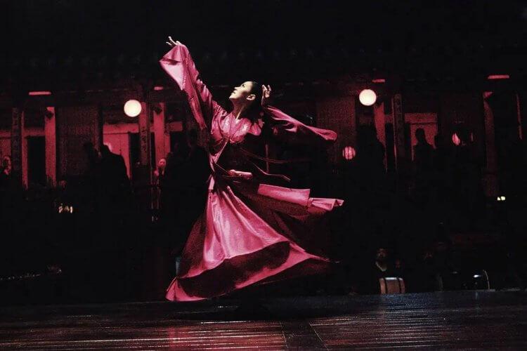 姜漢娜在《情慾王朝》中得以展示苦練多年的舞蹈身段