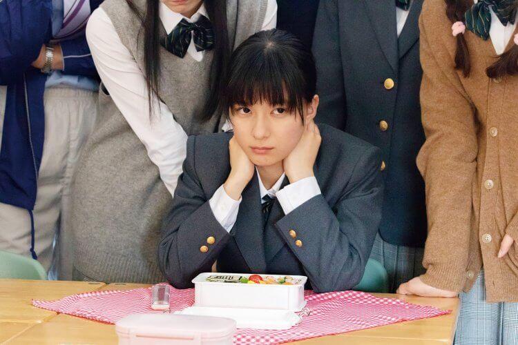 芳根京子在真人真事改編電影《今天也要用便當出擊》中飾演篠原涼子的叛逆小女兒,也是睽違六年再度同框共演。