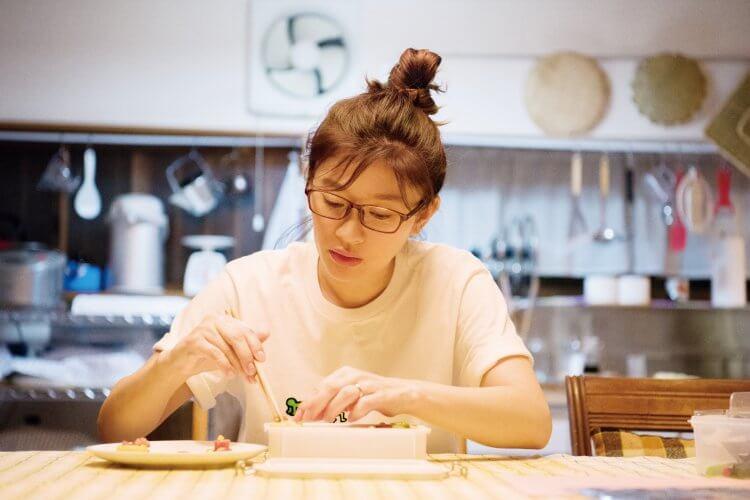 篠原涼子在真人真事改編的新片《今天也要用便當出擊》中飾演單親媽媽,每天用便當向叛逆女兒傳達心意。