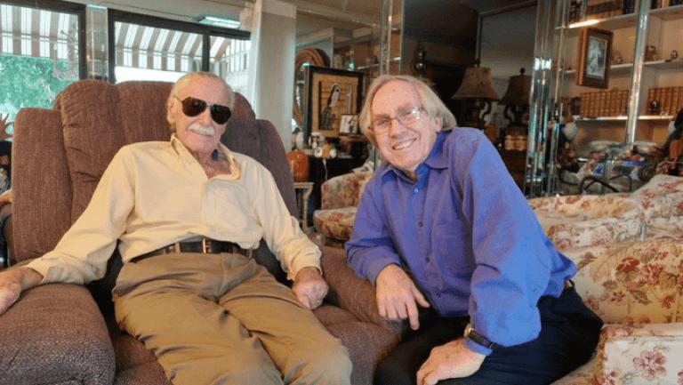 週六下午的史丹李( 左) 與洛伊湯瑪斯 (右) 的合影