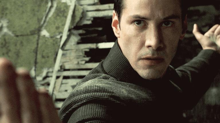 《駭客任務》系列電影讓基努李維聲勢不斷翻漲,但製片提到當年為了讓珊卓布拉克能演出尼歐曾不惜想改劇本的往事。