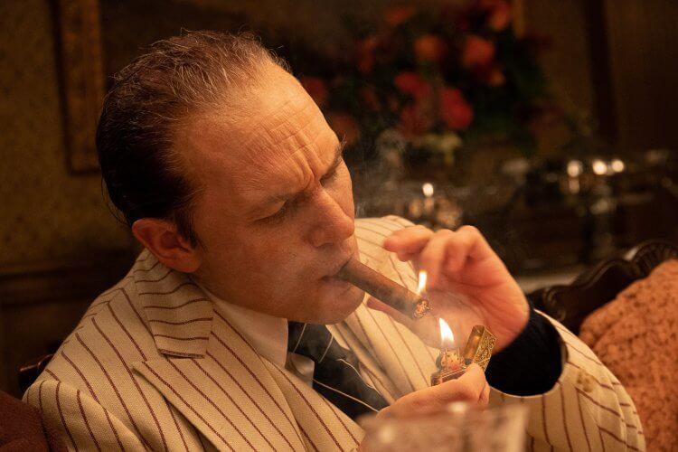 在《疤面教父》中,湯姆哈迪每次都得坐在化妝台前四小時,來完成他的特效化妝
