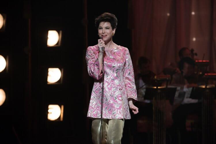 芮妮齊薇格完美詮釋「傳奇天后」 茱蒂嘉蘭 (Judy Garland) ,獲《紐時》影評人盛讚。
