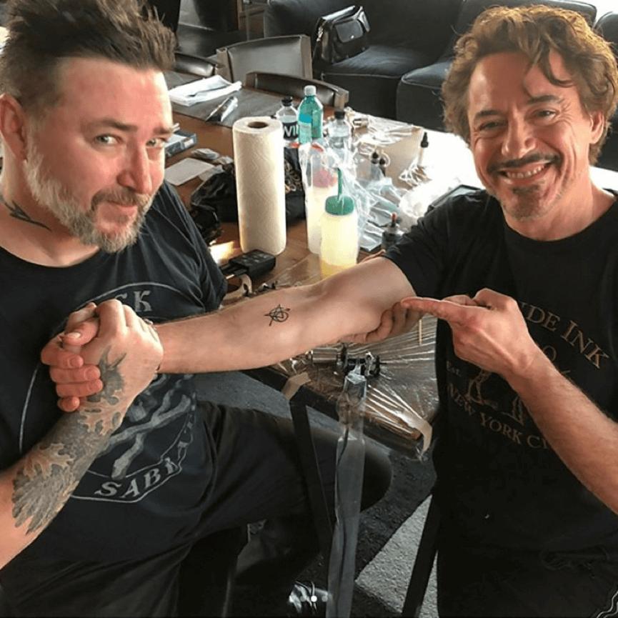 喬許羅德,小勞勃道尼 ,與道尼手上的 復仇者刺青