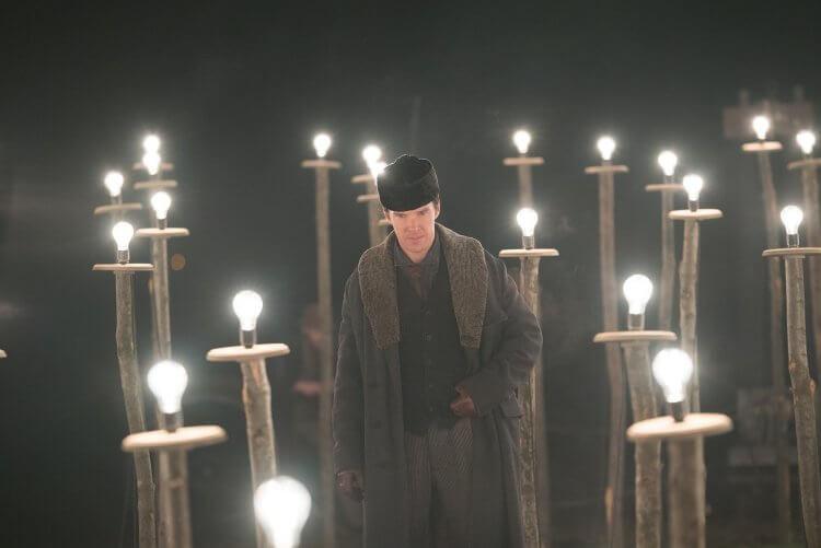 《電流大戰》劇照,「奇異博士」班尼狄克康柏拜區飾演「發明電燈的人」愛迪生。
