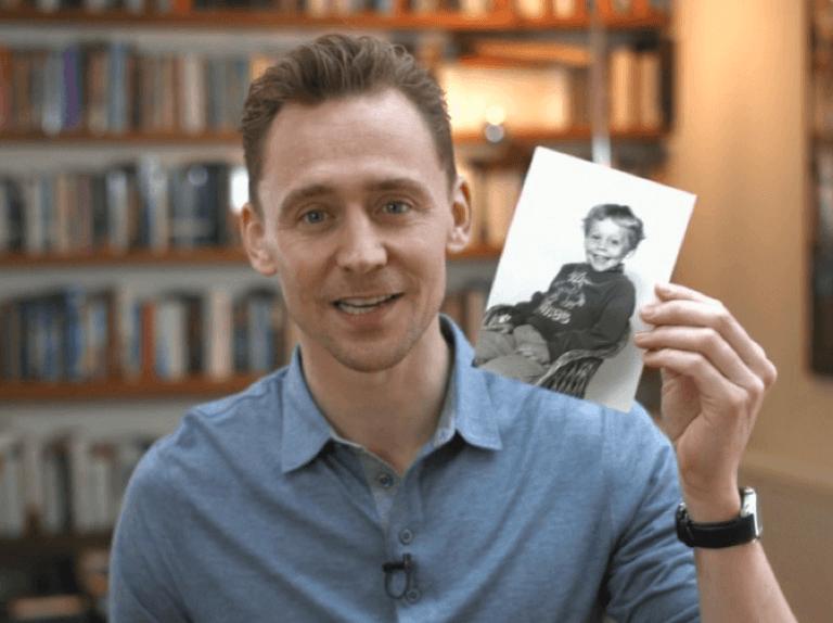 拿著童年照片的湯姆希德斯頓。