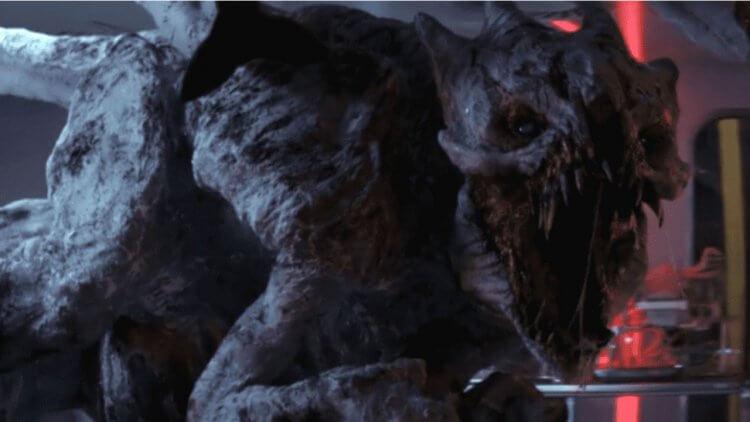 《明日之戰》劇情解析:怪物「白鬼煞」的生態與來歷,時空旅行問題解惑,電影時間軸又將如何發展?首圖