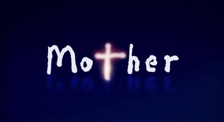 坂元裕二《Mother》(マザー)標題字卡,「Mother」的 t 形狀宛如象徵救贖的十字架形象。