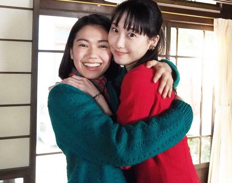 從偶像轉身當演員,松井玲奈在熱播晨間劇《歡呼》中 飾演女主角二階堂富美(左)的姐姐。