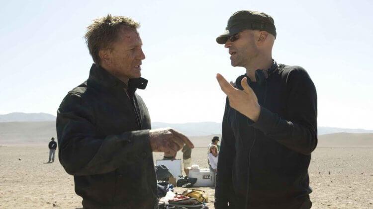 《007:量子危機》片場側拍:導演(右)因為編劇罷工而想過退出劇組