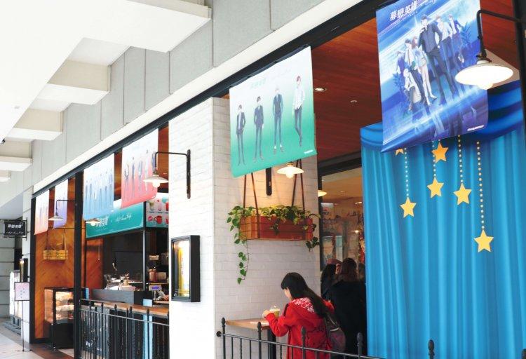 知名手遊改編的日本動畫影集《募戀英雄》由台灣代理商曼迪推出位於台北信義新光 A8 館的期間限定主題咖啡廳。