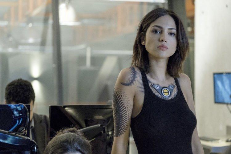 馮迪索主演,勇士漫畫改編超級英雄電影《血衛》中,艾莎岡薩雷片中的超能力巧合搭上肺炎話題。