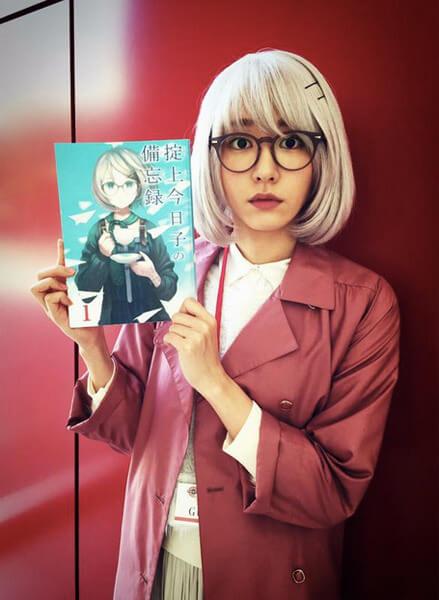 主演日劇《掟上今日子的備忘錄》的新垣結衣,手上是西尾維新「忘卻偵探系列」的同名原著小說。
