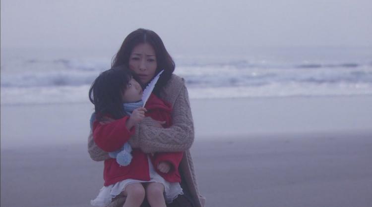 《Mother》飾演綁架老師的松雪泰子以及飾演遭母親虐待的女孩蘆田愛菜。