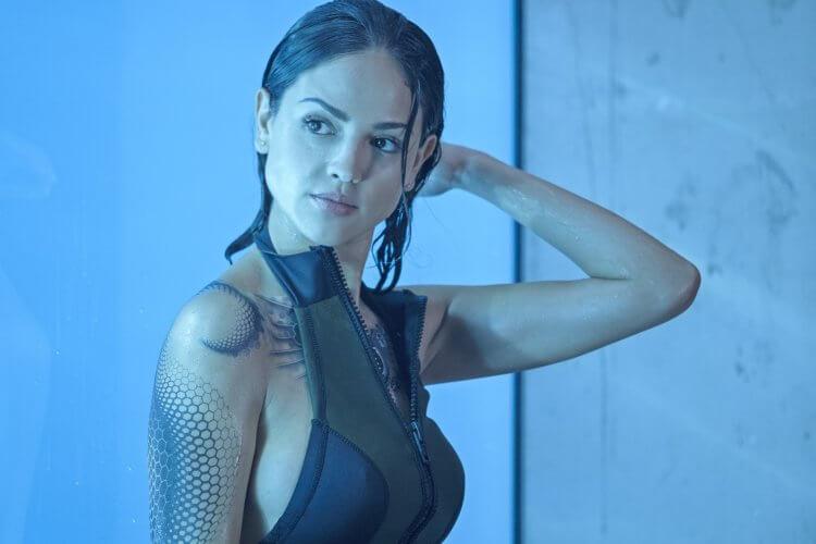 艾莎岡薩雷在馮迪索主演電影《血衛》片中飾演的角色超殺能力,能在水底免換氣更不受病毒侵害呼吸道。