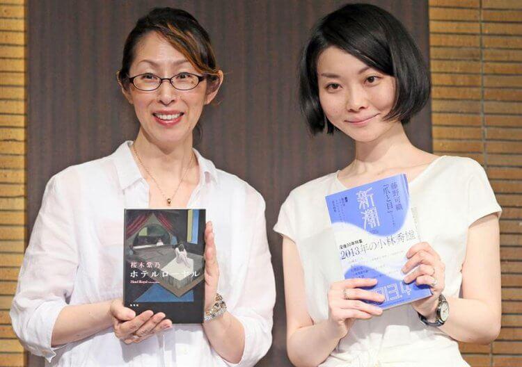 櫻木紫乃(左)與藤野可織(右)兩位日本文壇的得獎作家合影。