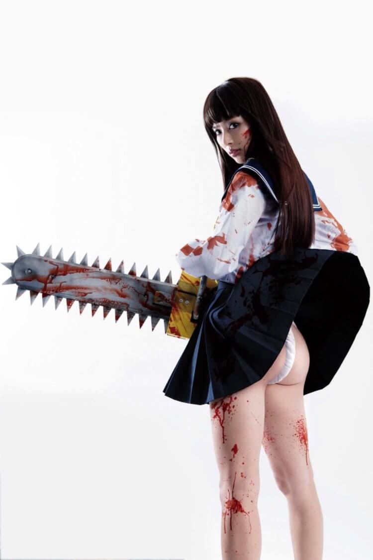 內田理央主演電影《電鋸少女血肉之華》劇照。