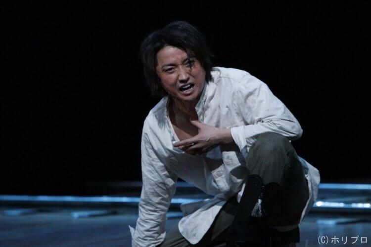 藤原龍也所屬經紀公司「Horipro」所發佈的舞台劇演出劇照。