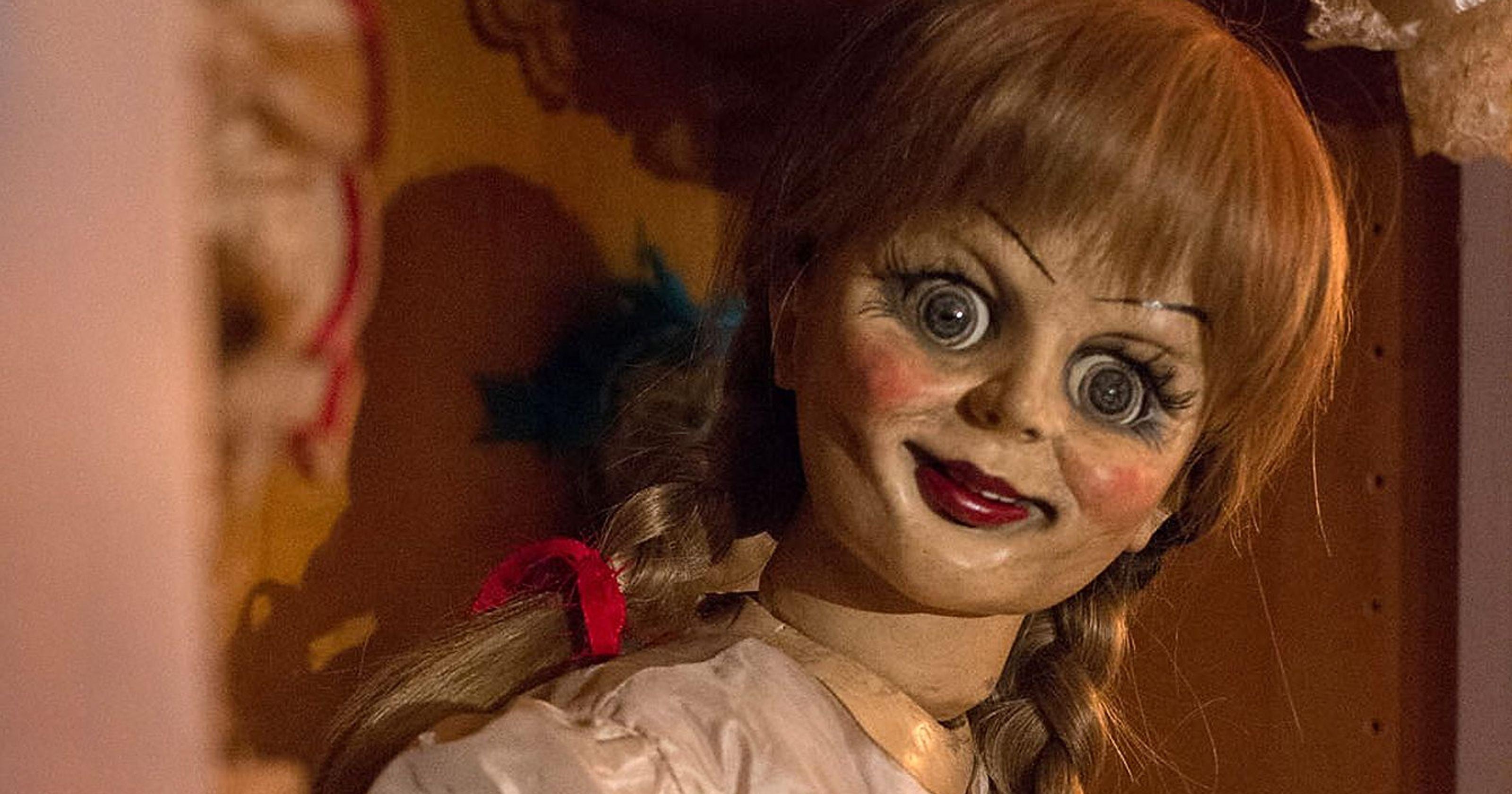 《 厲陰宅 》恐怖洋娃娃 安娜貝爾 , 笑得你心裡發寒 。