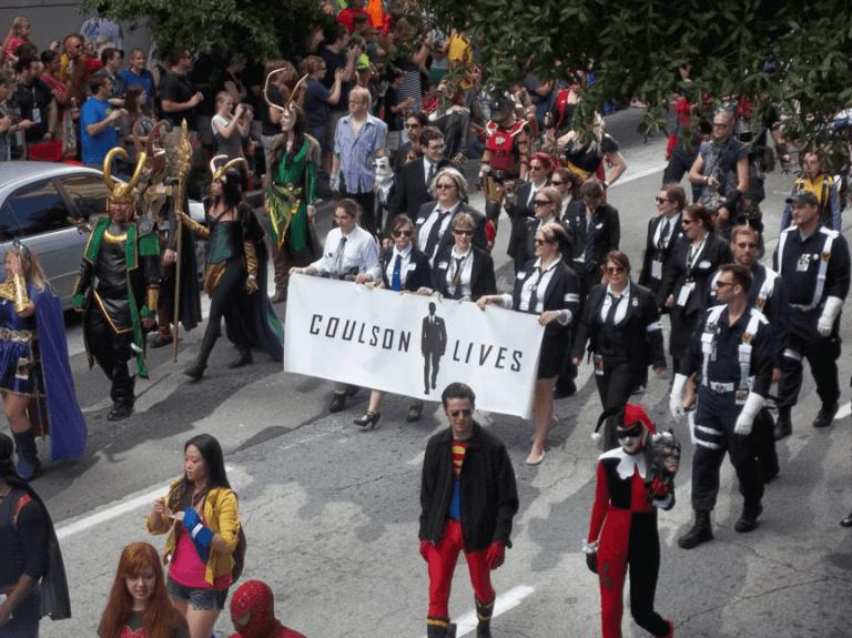 這不是 MIB 的造勢宣傳,而是 2012 年漫威粉絲上街表達希望官方幫復考森的實際活動。