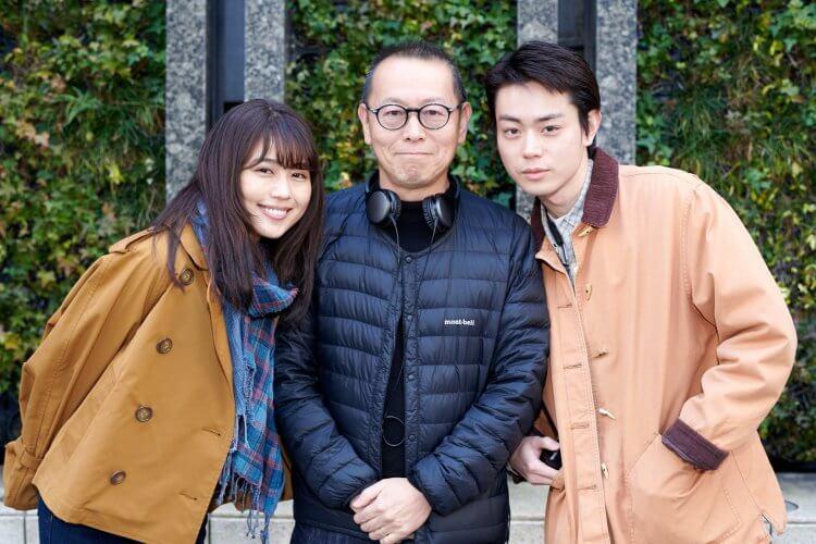 日本電影《如花束般的戀愛》拍攝現場:導演土井裕泰,與主演有村架純、菅田將暉合影。
